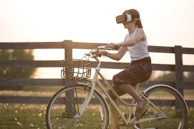dívka s VR brýlemi
