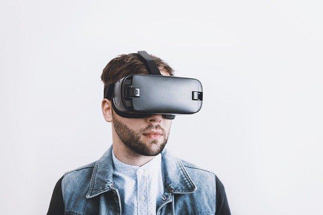 muž s VR